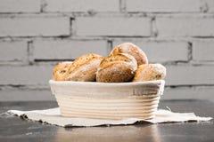 Traditionella runda loaves för ett hantverkarevetebröd i en korg på a Fotografering för Bildbyråer