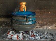 Traditionella söder - afrikanska potjiekos som förbereds över kol royaltyfri foto
