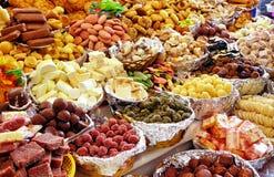 Traditionella sötsaker på öppna marknaden under katolsk Corpus Christiberöm, Ecuador royaltyfri foto
