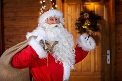 Traditionella Santa Claus med klockan Arkivfoto
