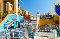 Traditionella Santorinis byggnader och souvenir shoppar Royaltyfria Bilder