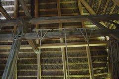 Traditionella schweizare halmtäcker taket som från inre beskådas royaltyfria foton