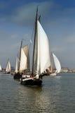 Traditionella seglingskepp på deras väg till deras destination, Nederländerna Royaltyfria Foton