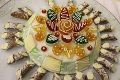 Traditionella Sicilian kakor - Sicilian Cassata med lilla Cannoli Royaltyfri Foto