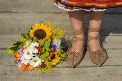 Traditionella sko och blommor Royaltyfri Fotografi