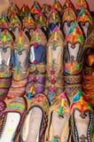 Traditionella skor av Rajasthan kallade Jutti till salu Arkivfoto