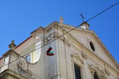 Traditionella skor hänger upp och kyrktar arkitektur i det Chiado området, Lissabon Arkivfoto
