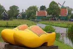 Traditionella skor och väderkvarnar för zaanseschansträ i Nederländerna Unik härlig och lös europeisk stad Royaltyfria Bilder