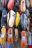 Traditionella skor på en marknad, Marocko Royaltyfri Bild