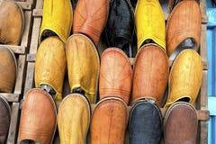 Traditionella skor på en marknad, Marocko Arkivbilder