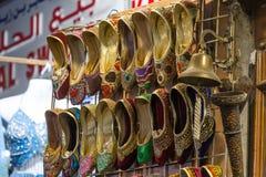 Traditionella skor på Mutrah Souq, Muscat, Oman Fotografering för Bildbyråer