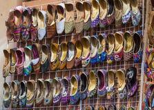 Traditionella skor på Mutrah Souq, Muscat, Oman Royaltyfria Bilder