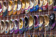 Traditionella skor på Mutrah Souq, Muscat, Oman Arkivbilder