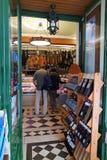 Traditionella små shoppar i Lissabon Portugal Royaltyfri Bild