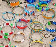 Traditionella smycken för Masai i bymarknaden, Tanzania royaltyfri bild