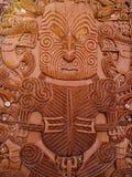 Traditionella sned Maori Board rött trä arkivfoton