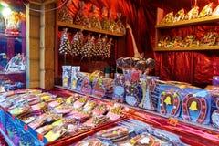 Traditionella souvenir på den europeiska julen marknadsför i gamla Ri Arkivbilder