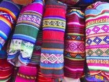 Traditionella souvenir på marknaden i La Paz, Bolivia arkivfoton