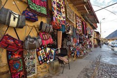Traditionella souvenir som är till salu i Ollantaytambo, Peru Arkivfoto