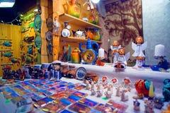 Traditionella souvenir visade till salu på den europeiska Christmen Arkivbilder