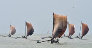 Traditionella srilankesiska fiskebåtar seglar under Royaltyfri Bild