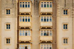 Traditionella stängda träbalkonger av den Valletta staden i Malta fotografering för bildbyråer