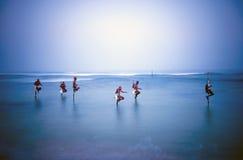 Traditionella styltafiskare Sri Lanka över vattenbegrepp Royaltyfria Foton