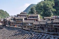 Traditionella styltahus i den Fenghuang staden, den mest härliga forntida staden i Kina Royaltyfri Bild