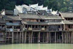Traditionella styltahus i den mest härliga forntida staden i Kina, Fenghunag stad, Hunan landskap Arkivfoton