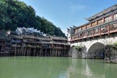 Traditionella styltahus i den mest härliga forntida staden i Kina, Fenghunag stad, Hunan landskap Fotografering för Bildbyråer