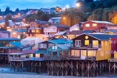 Traditionella styltahus vet som palafitos i staden av Castro på den Chiloe ön i Chile royaltyfria foton