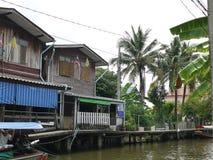 Traditionella sväva livsmiljöer längs kanalen med mycket naturligt lantligt liv i Thailand arkivfoto