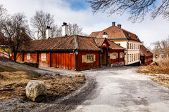 Traditionella svenskhus i den Skansen nationalparken Arkivbilder