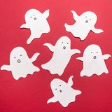Traditionella symboler av spökar för haloween på röd bakgrund Arkivfoto
