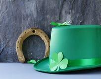 Traditionella symboler för Patricks dag - grön hatt, hästsko Royaltyfria Bilder
