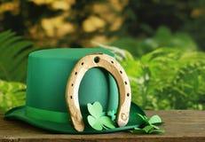 Traditionella symboler för Patricks dag - grön hatt, hästsko Arkivbild