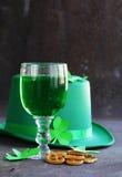 Traditionella symboler för Patricks dag - grönt öl, hästsko Arkivbilder