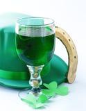Traditionella symboler för Patricks dag - grönt öl, hästsko Arkivfoton