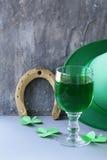 Traditionella symboler för Patricks dag - grönt öl, hästsko Royaltyfri Foto