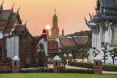Traditionella thai tempel på solnedgången i den forntida staden, Bangkok royaltyfria bilder