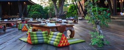 Traditionella thailändska klassiska bankettmottagandetabeller, mötesplats i hotellrestaurangmat som sköter om service Matställeba arkivfoto