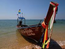 Traditionella thailändska lång-tailed fartyg på stranden royaltyfri foto