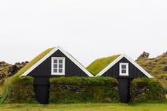 Traditionella torvatakhus av Island ÄR Europa arkivbild