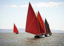 Traditionella träfartyg med rött seglar Arkivbild