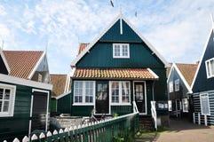 Traditionella trähus i Marken, Nederländerna Arkivbilder