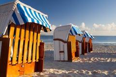 Traditionella trästrandstolar på den Rugen ön, Tyskland royaltyfri bild