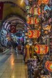 Traditionella turkiska souvenirlampor och stearinljus på den storslagna basaren Arkivfoto