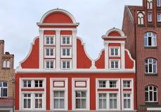 Traditionella tyskhus i Luneburg, Tyskland Den utsökta fasaden av den medeltida byggnaden Arkivbilder