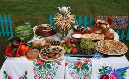 Traditionella ukrainska festliga matställemål Fotografering för Bildbyråer