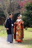 Traditionella unga japanska par ut för en promenad i parkera i i stadens centrum Tokyo Royaltyfri Bild